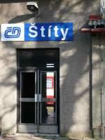 02 Mahrisch-schlesisches Bergland/171801/stity-bahnhof-noch-kann-man-durch Stity Bahnhof. Noch kann man durch die Eingangstür den Zug nach Lichkov und in die weite Welt erspähen. Seit dem 11.12.11 ist dies vorbei. 2011-11-18